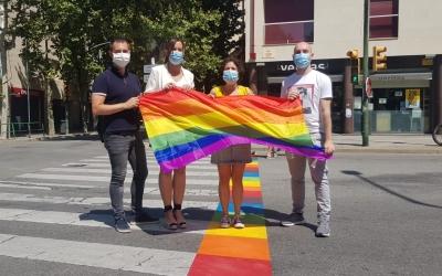 Presentació d'aquest matí dels pasos de vianants irisats per reivindicar els drets LGTBI