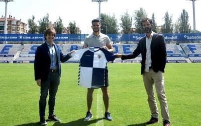 Adri Cuevas (centre), acompanyat del director esportiu Jose Manzanera (esquerre), i el director general Bruno Batlle (dreta) | CE Sabadell