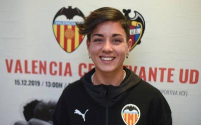 Carol Férez, davant dels escuts de l'equip que deixa, el Valencia, i del que la fitxa, el Levante   Eduardo Manzana