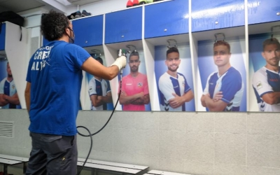 Treballs de desinfecció als vestuaris de la Nova Creu Alta abans de poder-los utilitzar | CE Sabadell