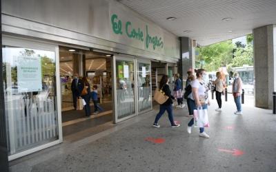 Clients sortint i entrant de El Corte Inglés de l'Eix Macià | Roger Benet