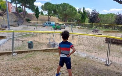 Un infant, davant el parc de La Roureda/ Karen Madrid