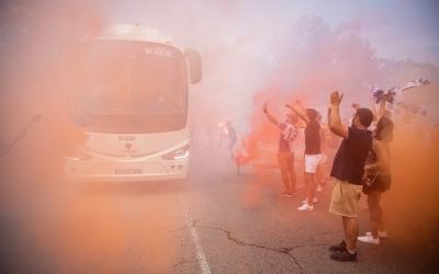 L'autocar, envoltat de fum a la sortida de la NCA | Roger Benet