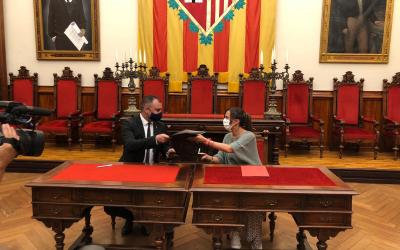 Jordi Ballart i Marta Farrés signant l'acord de cooperació | Cedida