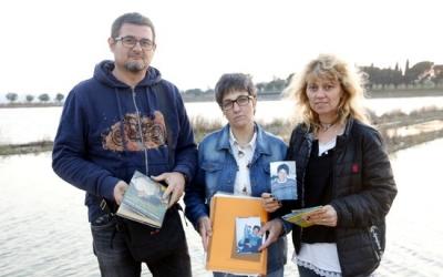 La germana gran de Montse Careta, Imma Careta (al mig), acompanyada per dos amics de la difunta, Eladi i l'Anna. Març de 2017. (Horitzontal)