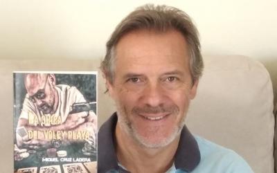 Miquel Cruz, amb un exemplar del seu llibre/ Cedida
