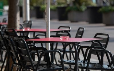 Comença la prohibició de fumar al carrer sense la distància de 2 metres i l'obligació de tancar els bars a la una | Roger Benet