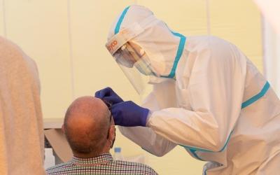 Realització d'una prova PCR a la carpa de la plaça Les Termes/ Roger Benet