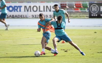 Guruzeta i Undabarrena lluitant per una pilota a l'entrenament d'avui a Sant Oleguer | Roger Benet