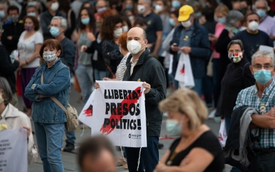 Centenars de persones rebutgen a Sabadell la sentència d'inhabilitació del president de la Generalitat  | Roger Benet