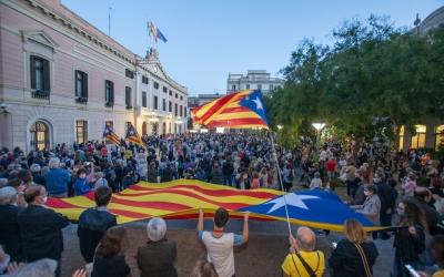 Aquest dilluns a dos quarts de vuit del vespre s'ha fet un acte de protesta contra la inhabilitació del president de la Generalitat | Roger Benet