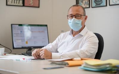 Imatge de Joan Martí, director general de la Corporació Sanitària, al seu despatx | Roger Benet