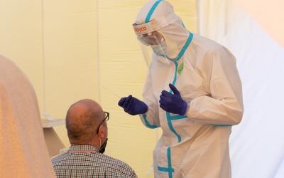 Un sanitari fent una PCR | Roger Benet