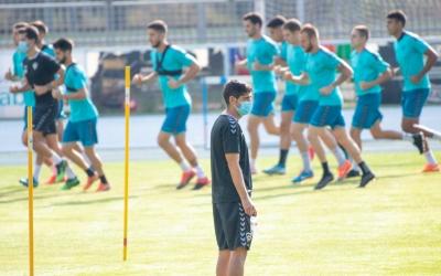 Hidalgo, amb els jugadors de fons en un entrenament a Sant Oleguer | Roger Benet