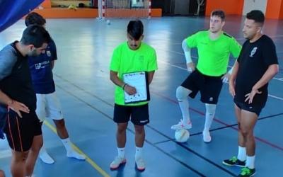 Darío Martínez donant indicacions als seus en un entrenament | Grups Arrahona
