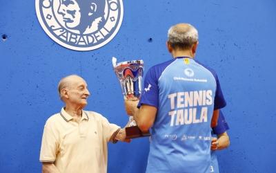 Santi Vidal lliurant el trofeu de guanyador de l'any passat a Pere Weisz | CNS TT