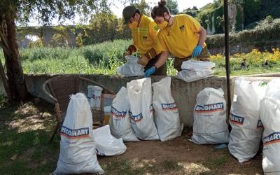 Dos membres de l'ADF reciclant el material trobat al Ripoll | Helena Molist
