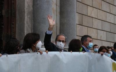 El president inhabilitat de la Generalitat Quim Torra, saluda a la sortida del Palau de la Generalitat el 28 de setembre   ACN