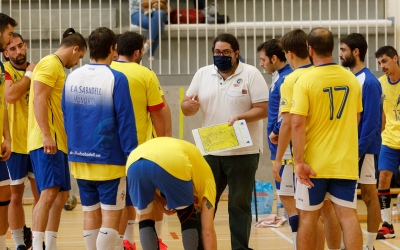 Sergi Cifré, donant instruccions als jugadors del Creu Alta | Jordi Vilas