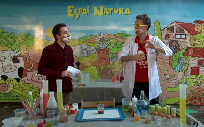 Òscar Castellví (esquerra) i Dani Jiménez (dreta) en un dels tallers científics de la festa | Youtube