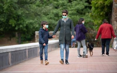 Dos sabadellencs passegen pel Parc Catalunya durant l'estat d'alarma | Roger Benet
