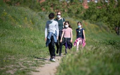 Una família passejant pel Parc Catalunya durant l'estat d'alarma | Roger Benet