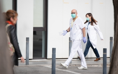 Personal de l'Hospital de Sabadell davant de l'Edifici Taulí | Roger Benet