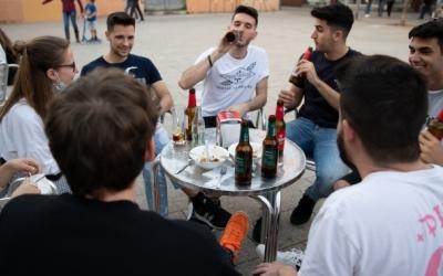 Imatge d'un grup de joves consumint en una terrassa | Roger Benet
