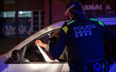 Imatge d'un agent de la Policia Municipal informant el conductor d'un vehicle | Roger Benet