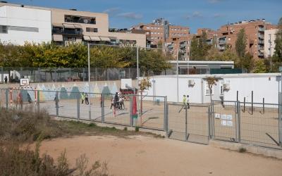 Imatge dels nens jugant al pati de l'Escola Virolet | Roger Benet