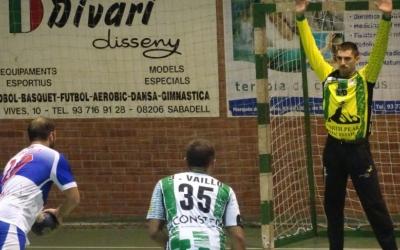 Eloi Vila, màxim golejador del Creu Alta, llançant una pena màxima | Sergi Park