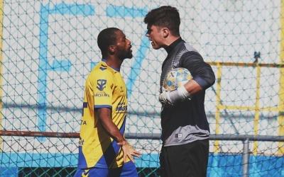 Uri Vives s'encara amb un rival en el seu primer partit amb la samarreta del Sabadell Nord | Sandra Dihör