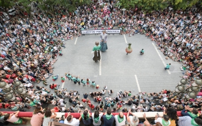 Els gegants ballant durant la Festa Major | Roger Benet