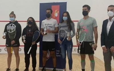Iker Pajares, amb el trofeu de campió | @rfesquash