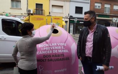 Marta Morell diposita una ampolla de vidre als nous contenidors acompanyada de Jesús Rodríguez