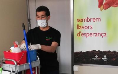 Imatge del servei de neteja d'APASOMI (Càritas Diocesana de Terrassa )   Cedida
