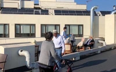 interns prenent el sol a un pati adequat per l'ocasió a Domus Vi | Cedida