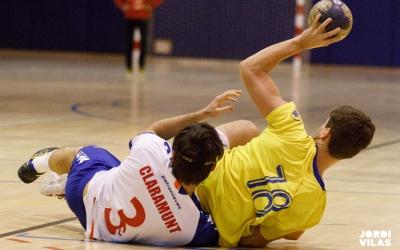 Jordi Pujolà, retenint la pilota en una acció del partit del Creu Alta | Jordi Vilas