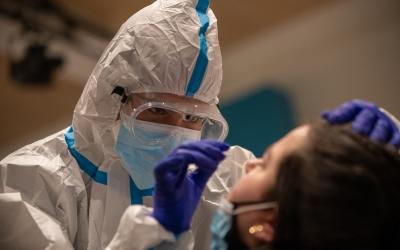 Treballadora sanitària fent proves PCR aquesta setmana a Cal Balasch | Roger Benet