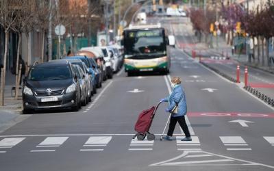 Una dona creuant un pas de vianants a Sabadell | Roger Benet