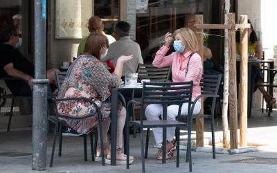 Dues dones consumint a una terrassa   Roger Benet