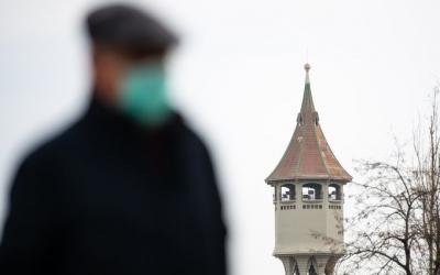 Una persona caminant amb màscareta per davant de la Torre de l'Aigua | Roger Benet