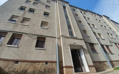 En aquest bloc de pisos es van esfondrar dos sostres el febrer passat   Pere Gallifa