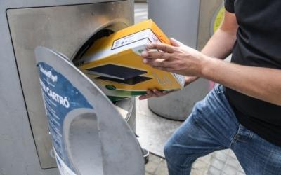 Un ciutadà llençant la brossa | Roger Benet