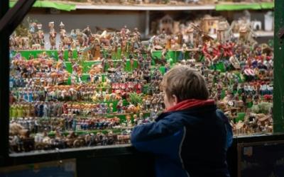 Un nen mira figuretes del pessebre a la Fira de Santa Llúcia de l'any passat | Roger Benet (Arxiu)