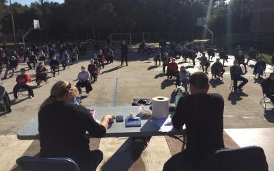 Un moment a l'inici de l'assemblea a l'escola Juan Ramon Jiménez | Ràdio Sabadell
