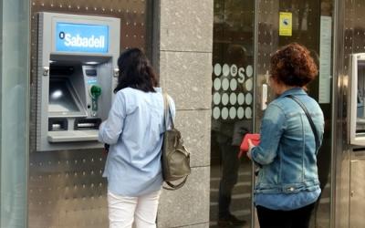Imatge d'un caixer de Banc Sabadell/ ACN