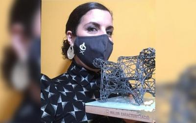 Núria Llunell, amb el premi Butaca a millor caracterització i la mascareta de 'Pura Ceba' | Cedida