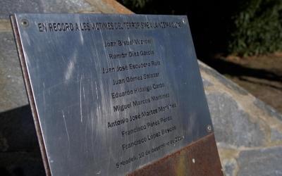 Imatge del monòlit que recorda les víctimes del terrorisme a Sabadell, situat al Parc Catalunya | Roger Benet