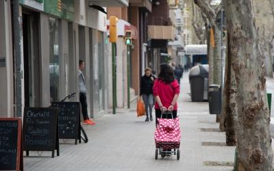 Una persona comprant per l'avinguda Onze de Setembre | Roger Benet